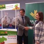 Juan Mangas de Caja Rural con responsable de Calzedonia recorte