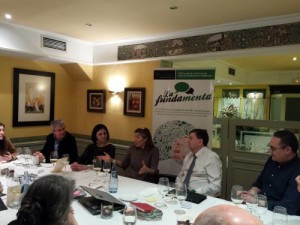 Sofia Lizama junto al Rector de Zaz, la vicerrectora y otros asistentes a la cena coloquio